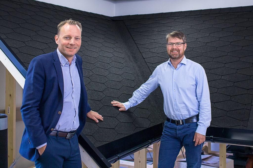 Salgsdirektør og produktsjef viser frem Isola Premium Karat takshingel