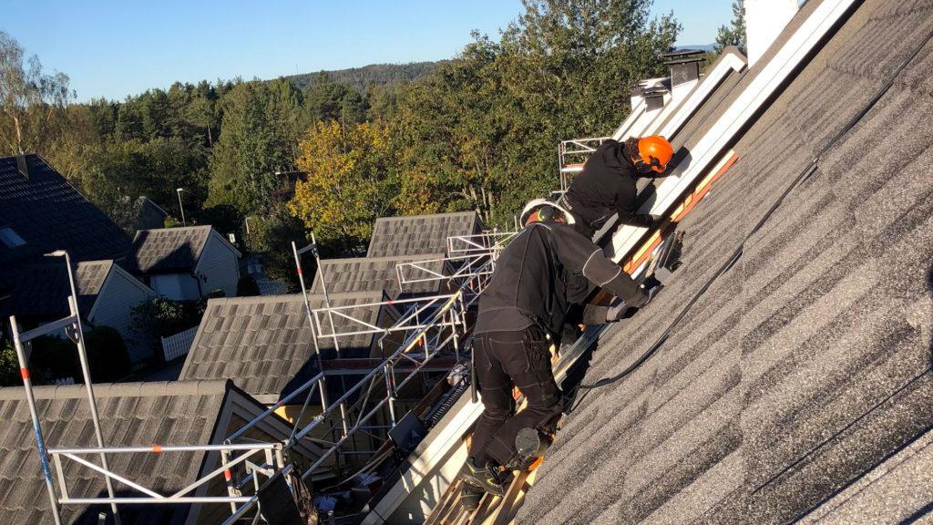 To håndverkere monterer Isola Powertekk takpanner på Skredderåsen borettslag